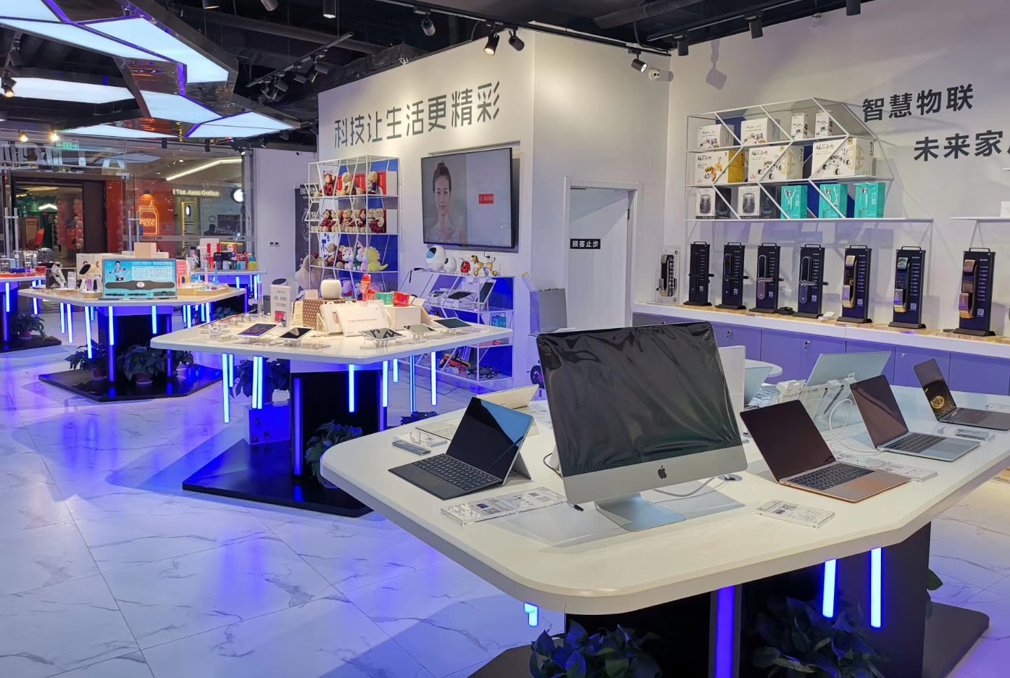 retail digital lifestyle experience store